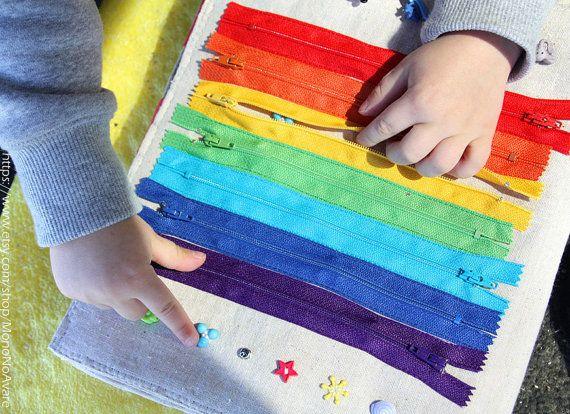 Hell und schön anzufassen ist dieses ruhige Zeit-Buch für 3 +-jährigen, die eifrig ihren Köpfen und Finger zur Bewältigung der Herausforderung wartet auf widmen.  Sechs Seiten tragen die folgenden Aktivitäten: 1 - Art fühlte sich Elemente von Form, Farbe und Ton und Taste ihnen zur Seite; 2 - unzip Regenbogen Sequenz von Reißverschlüssen und nehmen Sie ein paar versteckte Perlen und Knöpfe; 3 - finden Sie ein paar und Meister threading; rechnen Sie 0 bis 9 mit dem Abakus 10 Perlen; 4 - Put…