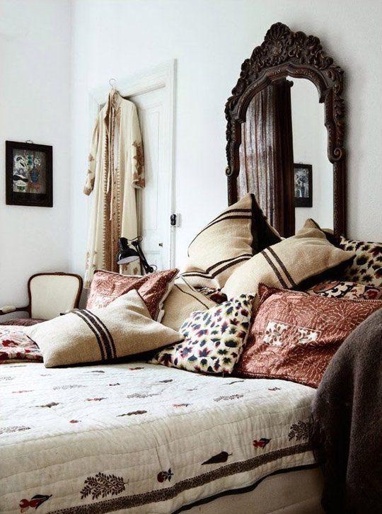 Almofadas, almofadas e mais almofadas! Neste quarto, o Boho foi explorado com mais sobriedade, tendo como norte os tons de marrom, cáqui e telha. O aconchego dos tecidos se diferencia nas estampas, que sobre a base de tons claros, criam o ambiente perfeito!