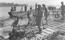 """Operatie """"Product"""" tijdens de eerste politionele actie. Aanbrengen van pontons voor de afrit t.b.v. ..."""