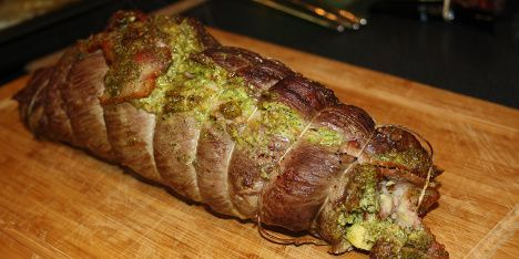 Lækker kødroulade med bacon og pesto. Det flotte udseende og den kraftfulde smag vil helt sikkert imponere dine gæster.