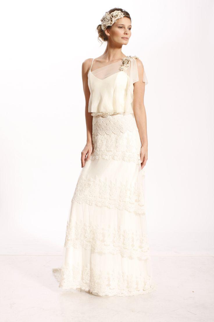 Vestido de novia romantico de la diseñadora Maria Magnin, linea languida con falda de tul bordado, faja rustica y broches de perlas y cristales.