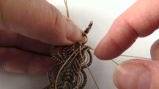 Montar último aro en pulsera de hojas en micro macramé de Not Just Macrame - My Micromacrame.