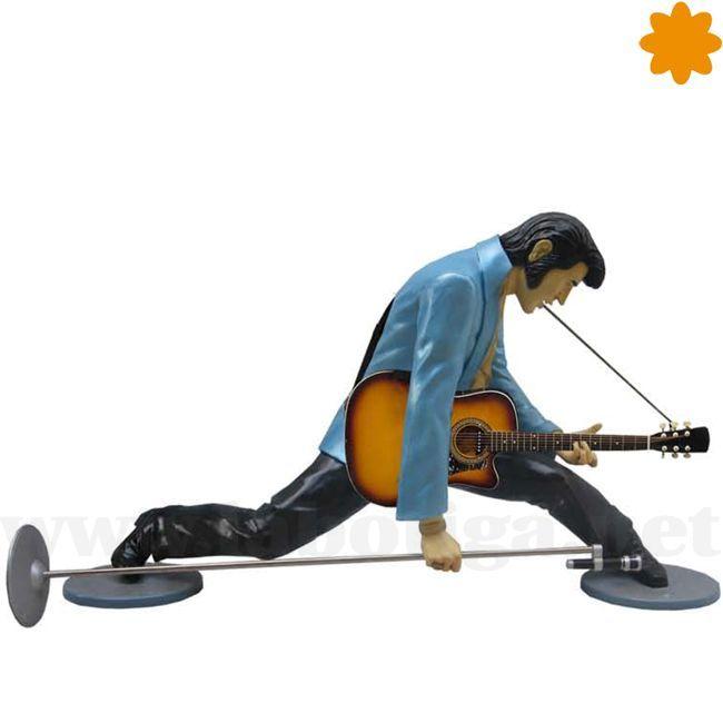 No és que fuera sea un atleta de los cien metros valla, és que está colocado en una de las posturas habituales de<strong> Elvis Presley</strong> cuando subia a actuar a un escenario,... totalmente abierto de piernas, micro en mano y con la guitarra colgando. En éste caso la figura no incluye la guitarra. En realidad al<strong> Rey del Rock</strong> le iba más bien cantar y bailar y sólo la utilizaba como recurso para superar su miedo escénico. De todas maner...