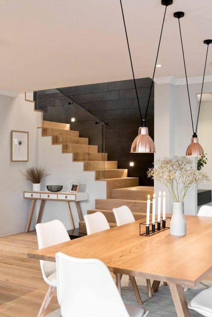 Esszimmermöbel, Holz- und weisse Treppe, Hängelampen und Stühle