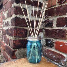 Avoir une maison propre et qui sent bon, on le sait, c'est agréable... Mais pourquoi acheter des bougies ou des parfums en boutique, alors qu'il est tout à fait possible de les concevoir soi-même ? DGS partage avec vous 10 créations faciles à faire seul, pour gar...