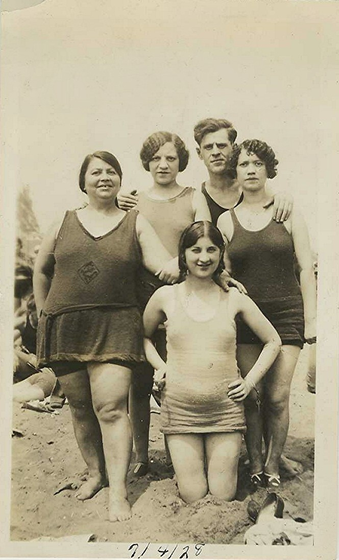 Maillots de bain-look at all those not perfect bodies! Even in the past, people came in all shapes and sizes.