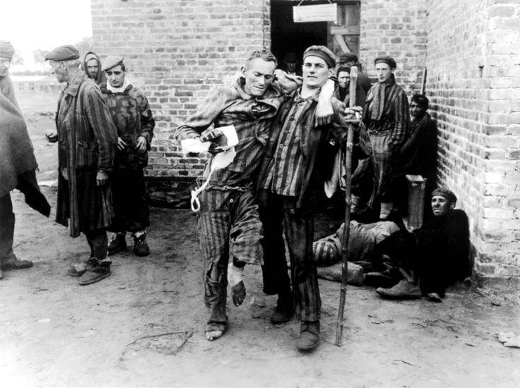 Détenus au camp de concentration de Wöbbelin, récemment libéré par les troupes de l'armée américaine de la 8e Division d'infanterie et de la 82ème Division aéroportée, attendent pour être conduites dans des hôpitaux. Camp de concentration de Wöbbelin (un sous-camp du camp de concentration de Neuengamme) a été créé pour les prisonniers de camp de concentration de maison que les SS avaient évacué des autres camps pour empêcher leur libération par les alliés.