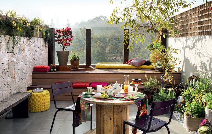 Terraço de apartamento, com paisagismo e decoração charmosa.