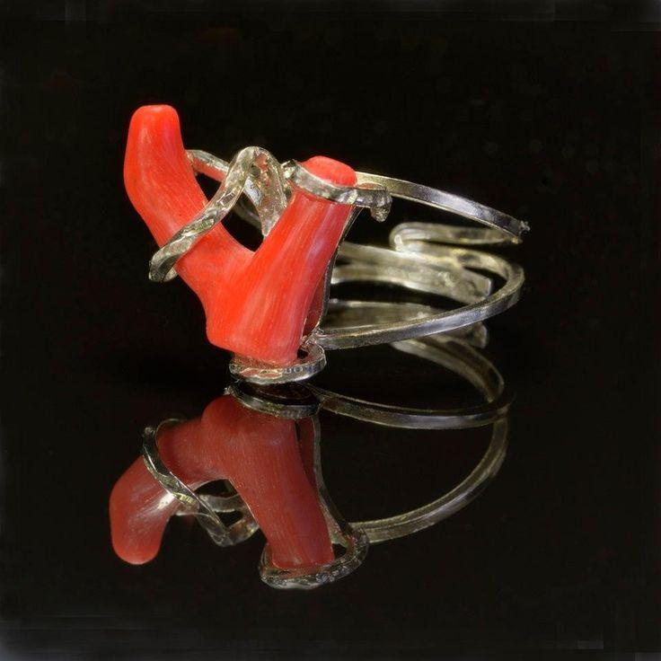 Anello regolabile con ramo di corallo. Argento, Sardegna