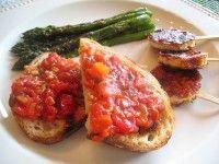 Recept Knoflook Tomaatbrood. Dit is een heerlijk broodje bij een soep of als starter. (i.p.v een broodje kruidenboter of pesto.)