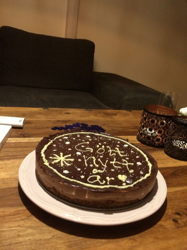 Nyårstårta med mandelbotten, mintmousse och chokladglasyr ❤️