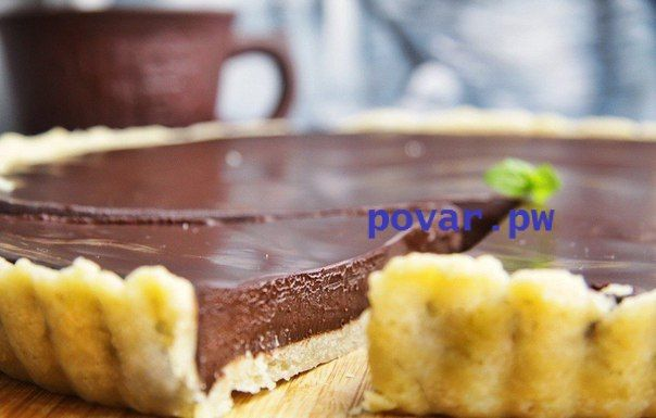 Невероятно вкусный шоколадный тарт  Ингредиенты:  Сливочное масло — 250 г Сахарный песок — 50 г Молоко — 3 ст. л. Мука — 150 г Жирные сливки — 600 мл Шоколад — 420 г Белки — 4 шт. Яйца — 2 шт. Соль — по вкусу  Приготовление:  1. Разогрейте духовку до 180°C. 2. Нарежьте холодное масло кубиками (100 г), добавьте к нему сахар, молоко и щепотку соли. Всыпьте муку и замесите однородное тесто. 3. Просыпьте на стол горсть муки и раскатайте тесто в тонкий пласт. Плотно уложите его в форму для…