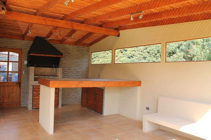 Quincho en hormigón / Cobertizo en Pino Oregon con tejas