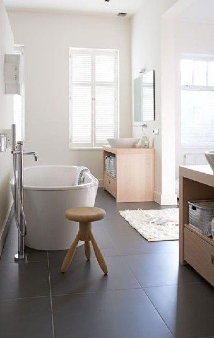 Welke trends zijn er momenteel op het gebied van badkamertegels en waar moet je op letten als je nieuwe tegels gaat uitzoeken? - mooi vrijstaand bad