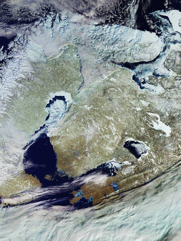 Immagine glaciale del nord est Europa ripreso dallo Spazio. Ghiaccio e neve ricoprono laghi, città e anche il mare. E siamo a Marzo!