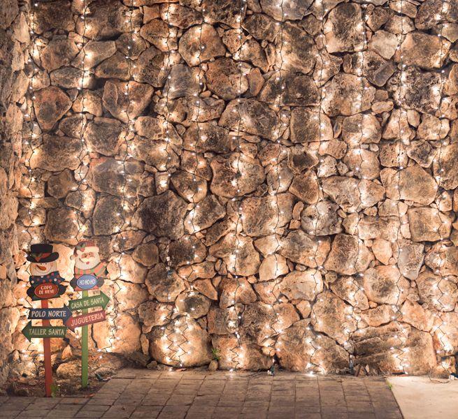 Coloca series de luces de manera vertical en un muro de tu casa.