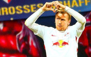 Emil Forsberg jubelt für RB Leipzig mit Herz