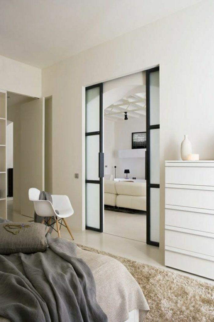 chaise plastique blanche, salle a coucher, murs blancs, maison moderne, tendances