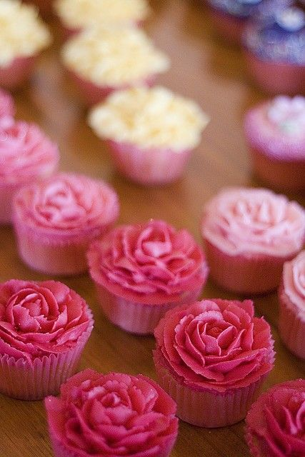 So prettty.....this would be great for a wedding, to have gradient colored icings on a huge table full of cupcakes.