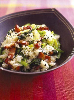 人気の簡単小松菜レシピ♪「ベーコンと小松菜の混ぜご飯」
