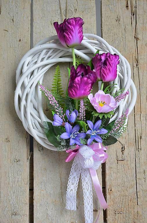 04e69cbf7 Veniec v jasnej bielej farbe je naaranžovaný dominantými tulipánmi ,  ružovým vresom a zeleňou. Je doplnený romantickou bielou čipkou a ružovou  stuhou.