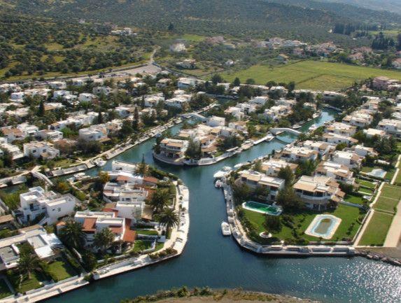 Η «Βενετία» της Ελλάδας: Το «χωριό» που δεν έχει δρόμους αλλά κανάλια -Βίλες, σκάφη, πισίνες [βίντεο] | iefimerida.gr