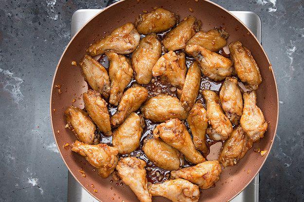 Mergulhe em um balde destas asinhas de frango no alho e mel
