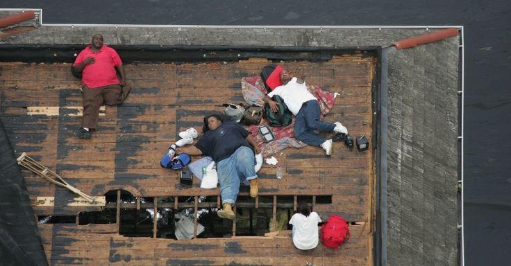 2005: Moradores aguardam resgate em cima do telhado de casa em Nova Orleans, nos Estados Unidos, após passagem do furacão Katrina