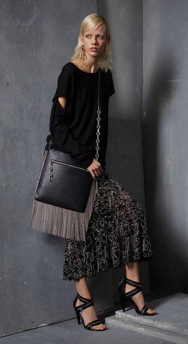 sac à franges en cuir noir, top noir corbeau, jupe longue et sandales à talons aiguilles