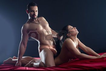 Couple latino ayant des rapports sexuels