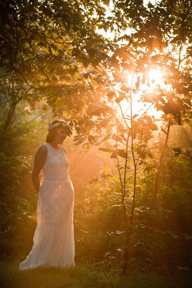 #romantisch #bruiloft #fotoshoot #inspiratie #loveshoot #bos #zonsopgang | Een romantische wedding shoot bij zonsopgang | Fotocredit: Cfoto