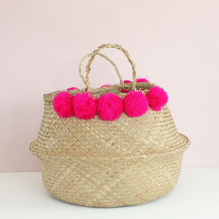 On adore ce grand panier boule en jonc de mer à pompons (5 de chaque côté).  Il se rabat pour former une corbeille.  A disposer dans le salon ou dans une chambre pour y mettre une plante, des plaids, des jouets...  Coloris des pompons : rose fushia.  Dimensions : 45 cm x 32 cm.  Plusieurs coloris sont disponibles sur le shop !