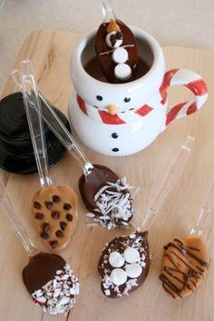 Une jolie tasse d'hiver avec des cuillères gourmandes déjà toutes prêtes pour le chocolat chaud