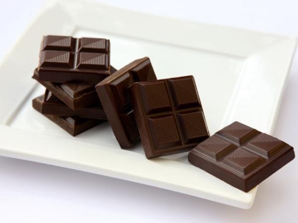 Σοκολάτα σε δίαιτα; Βεβαίως. Η μαύρη σοκολάτα με τουλάχιστον 70% κακάο περιέχει καλά λιπαρά και προκαλεί το αίσθημα κορεσμού. Μπόνους, η ενέργεια που προσφέρει η καφεΐνη.