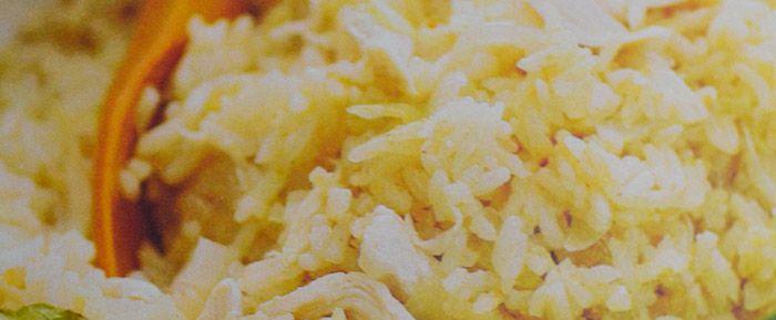 Nasi Goerih: 300 gram kipfilet (of vegetarische kip)  400 ml kokosmelk  1 salamblaadje  2 uien, gesnipperd  2 teentjes knoflook, geperst  1 theelepel ketoembar  1/2 theelepel djintan  1 theelepel laos  1 theelepel trassie  2 kemiri's, gepoft en fijngemalen  200 gram rijst  zout