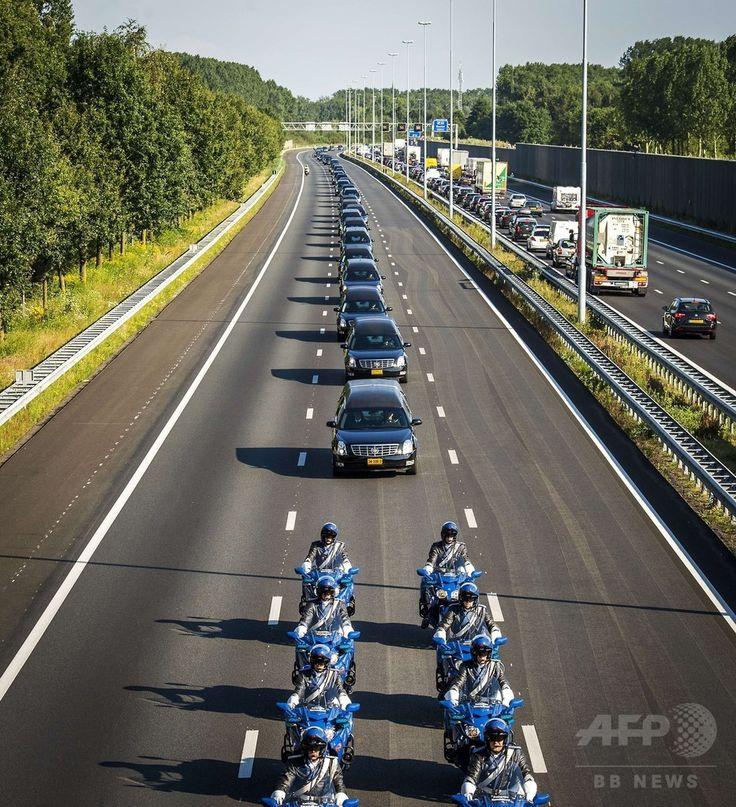 オランダ南部のアイントホーフェン(Eindhoven)空港からヒルベルスム(Hilversum)に向けマレーシア航空(Malaysia Airlines)MH17便の搭乗者らの遺体を運ぶ車列(2014年7月23日撮影)。(c)AFP/ANP/REMKO DE WAAL ▼24Jul2014AFP|マレーシア機搭乗者の遺体、オランダに到着 http://www.afpbb.com/articles/-/3021310 #MH17