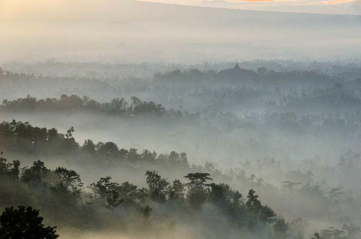Sunrise in Borobudur, island of Java, Indonesia. Lever de soleil à Borobudur, île de Java, Indonésie.
