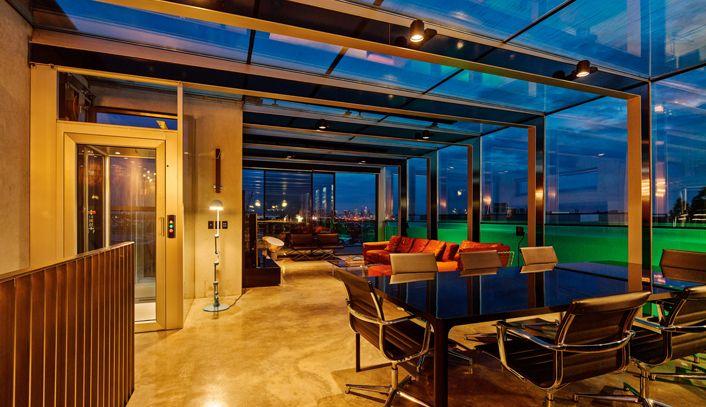 Super gaaf betonnen huis met glazen zwembad op het dak - Roomed   roomed.nl