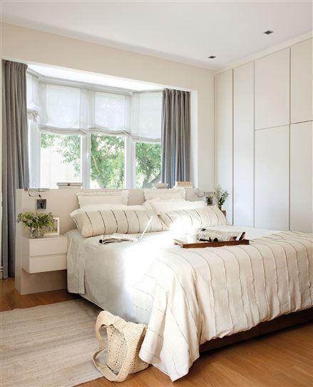dormitorio principal con ventana sobre el cabecero de la cama