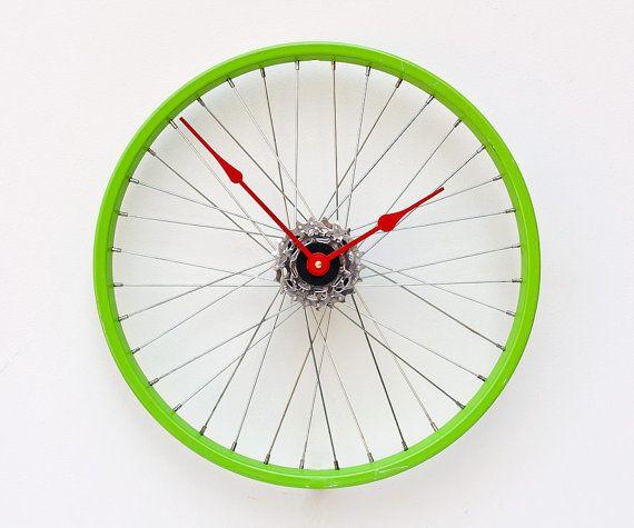 bicycle wheel clock. Podria hacer esto, ya que Garrett, me regalo su vieja rueda para que la reciclara con algun proyecto, la pregunta es, de donde saco esas manijas de reloj y el aparato??