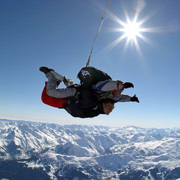 Faire un saut en parachute au dessus des montagne