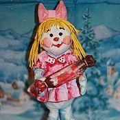 Ватная игрушка (Отлично стоит одна, а так же послужит украшением для ёлки). Снежная девочка заботливая и хозяйственная, на праздник пришла не с пустыми руками, а с большим подарком! Стоимость игрушки 250 грн Подробнее http://www.livemaster.ru/item/8571753-podarki-k-prazdnikam-snezhnaya-devochka