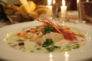 Kremet fiskesuppe med Reker og salt Skinke