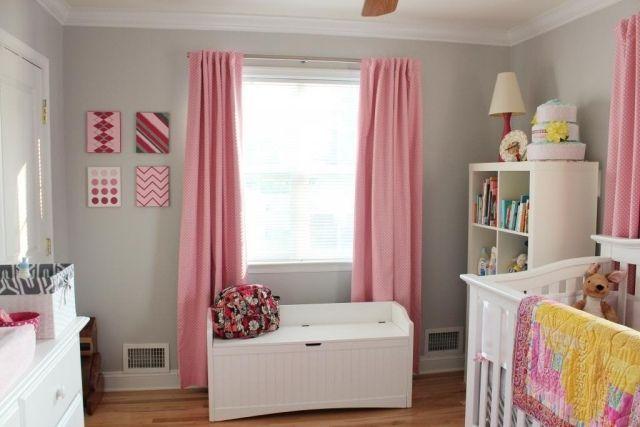 rideaux en rose et murs en gris clair dans la chambre de bébé fille
