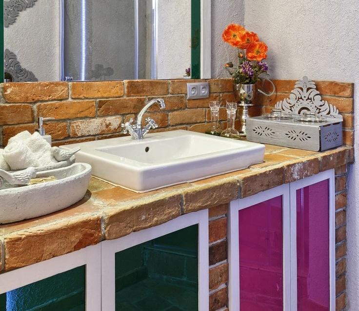 Mała łazienka w stylu folk