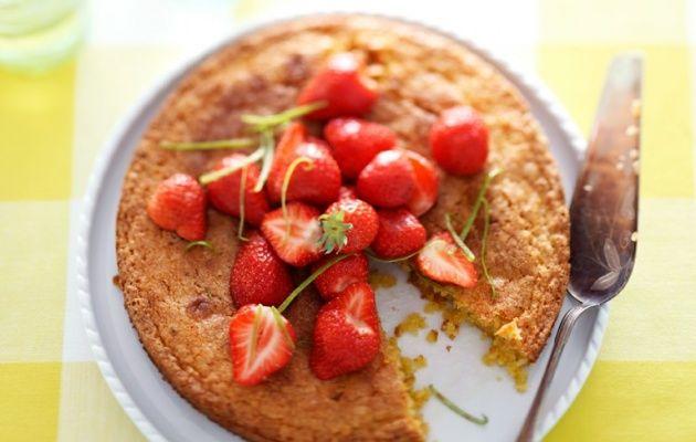 Limoentaart van polenta met aardbeien