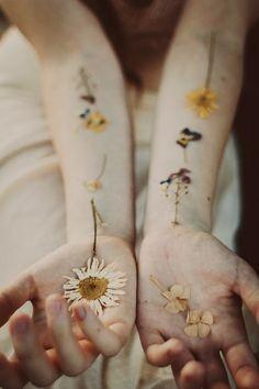 Fleurs séchées à même la peau