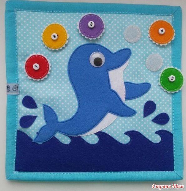 """Развивающая книжка """"МОРЕ"""", одно из последних творений. Формат 20*20 см, 3 разворота + 2 обложки.  Первый разворот:  Дельфин играет с разноцветными мячиками."""
