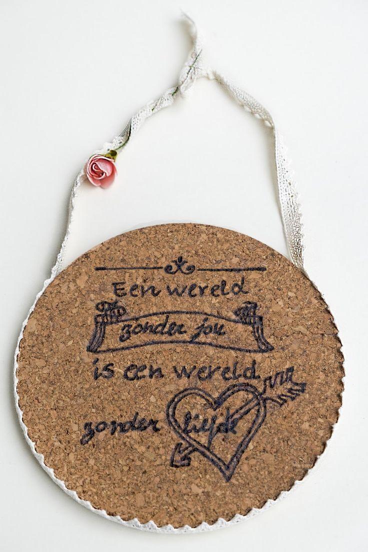 Hoe maak je het mooiste Valentijnscadeau -  Free printables - Op Valentijnsdag wil ik mijn manlief verrassen en natuurlijk wil ik dat op een originele manier doen. Dit zelfgemaakt cadeau met de tekst You and Me forever of Een Wereld zonder jou is een Wereld zonder liefde, is een simpel en mooi diy. Is een onderzetter van kurk met een zelf gegraveerde tekst,plus een mooi lint er omheen, om op te kunnen hangen. Is een mooie accessoires voor in huis. Natuurlijk kun jij zelf jou tekst graveren…