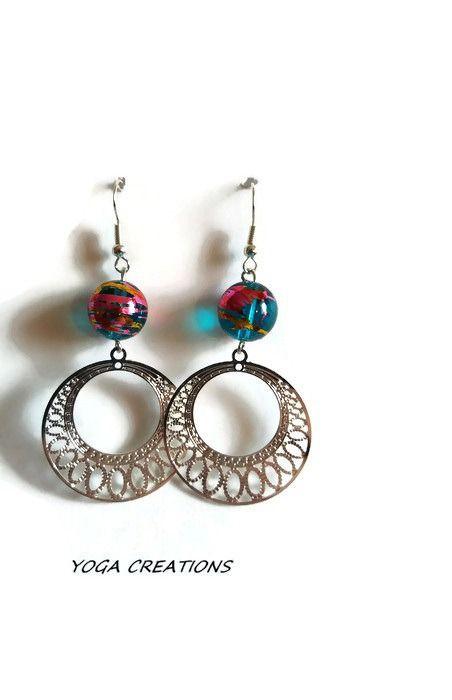 Boucles d'oreilles en perle de verre turquoise filet doré et fushia et estampe ronde argentée : Boucles d'oreille par yogacreations